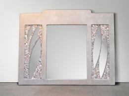 Specchio a mosaico realizzato su una vecchia struttura di legno.