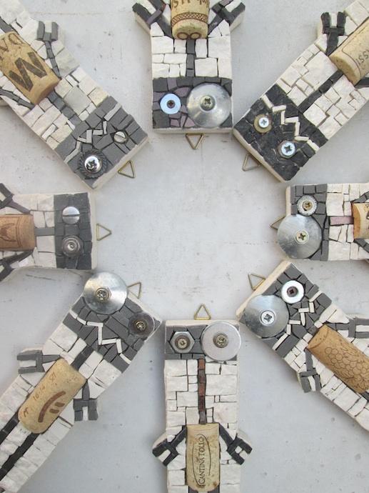Gruppo di Robotap su fondale grigio, detail