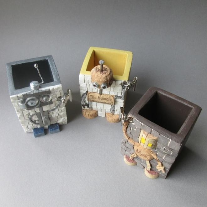 Gruppo di portapenne robottini, dettaglio della struttura di legno