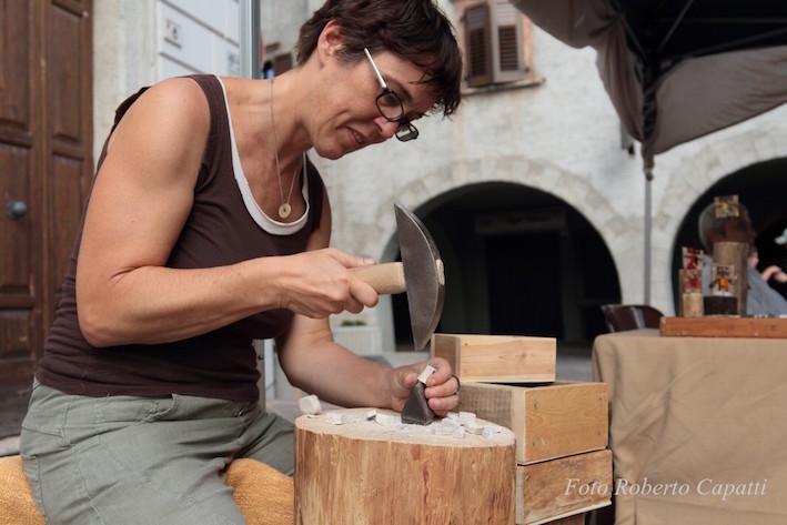 Al lavoro con tagliolo e martellina a Pergine TRENTO 2015